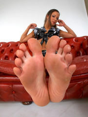 Show offs of lovely suckling toes and smooth soles for your satisfaction