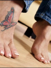 Hot temptress seduces with her succulent toes and meaty soles