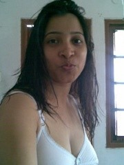 Amateur indian chick revealing her tits of white bra on a cam.