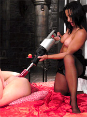Naked brunette hottie like the feeking of sex machine huge dildo stretching her itching vagina.